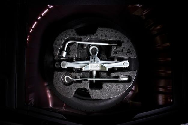 車のスペアタイヤのカージャックとホイール交換ツールキット。