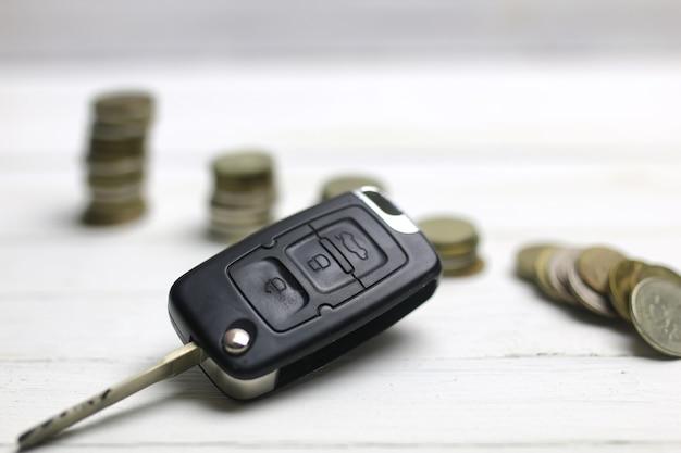 배경에 자동차 키와 동전
