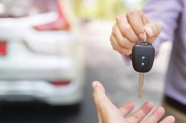 자동차 키, 사업가 넘겨 교환을 다른 사람에게 제공합니다.