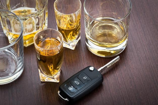 Ключ от машины на стойке с пролитым алкоголем