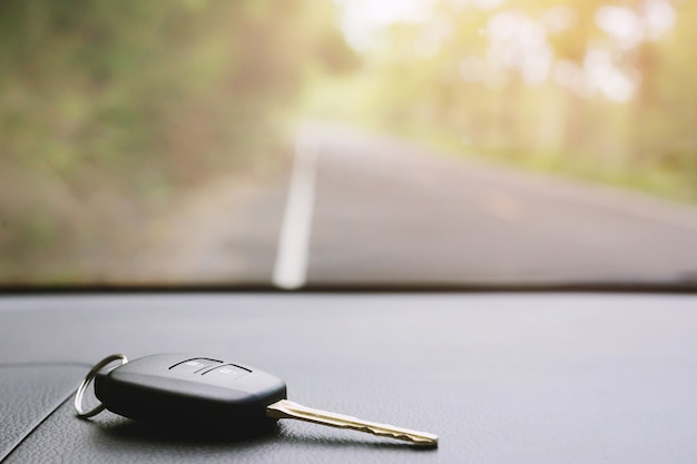 차량 내부의 자동차 키 링 및 원격 제어 키. 차 앞에 두는 것을 잊으십시오.