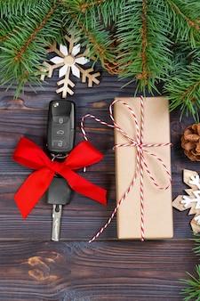 선물 상자와 화려한 활과 자동차 키