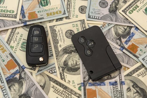 리모콘과 우리에게 돈이 있는 자동차 키. 판매
