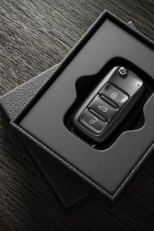 Ключи от машины в открытой корпоративной подарочной коробке для брендинга - 3d визуализация