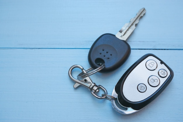 青い机の上の車の鍵