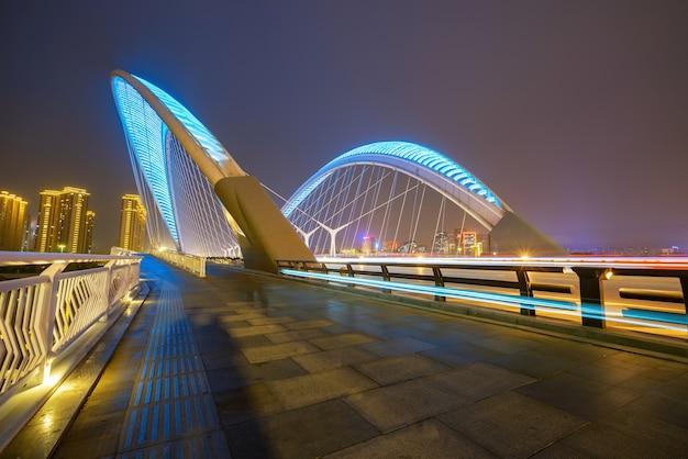 Автомобильные световые и теневые следы на мостах и шоссе ночью