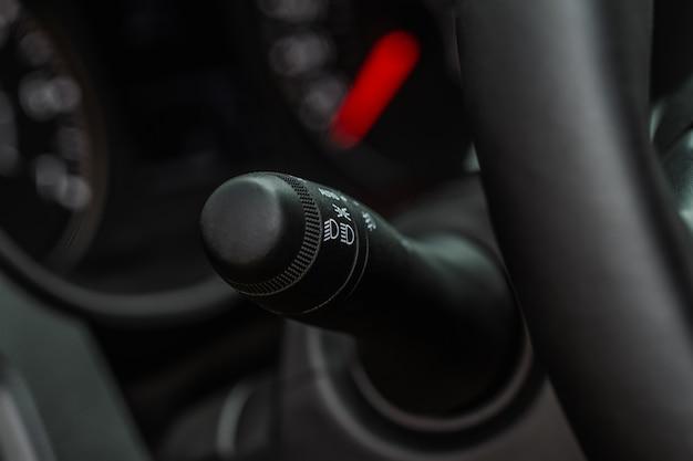 Выключатель освещения автомобиля. ручка света в машине. ручка управления фарами.