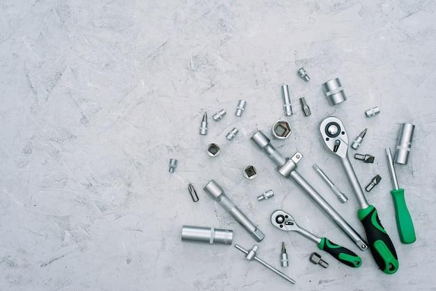 Концепция обслуживания и ремонта автомобилей. набор инструментов из нержавеющей хромированной стали. отвертка, гаечный ключ, гаечный ключ. квартира лежала.