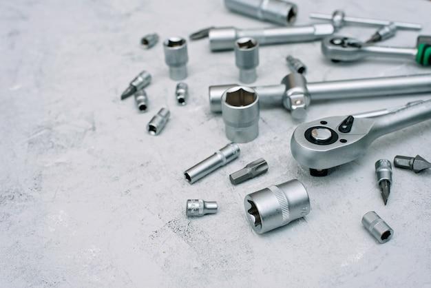 車のメンテナンスと修理の概念。ステンレスクロム鋼製の工具セットです。ドライバー、レンチ、スパナ。フラット横たわっていた。
