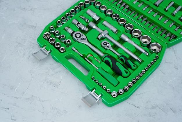 車のメンテナンスと修理の概念。ステンレスクロム鋼製の工具セットです。ドライバー、レンチ、スパナ。