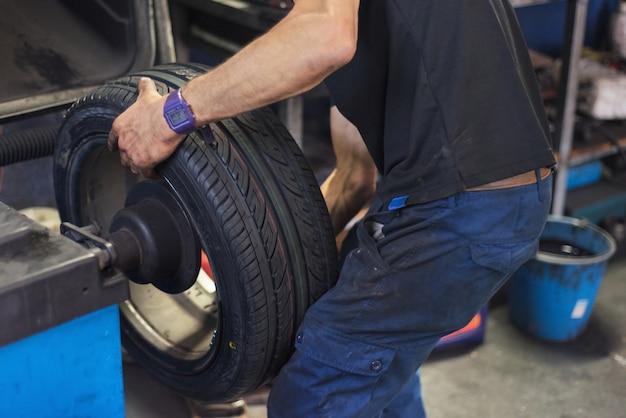 車の整備車のバランスを取る車輪