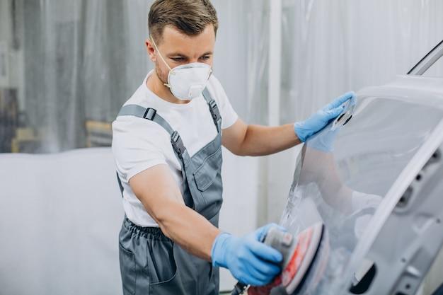 塗装前の自動車整備士研磨車