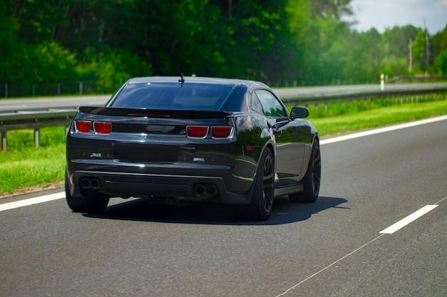 マルチバンド高速道路の車のモダンな黒。