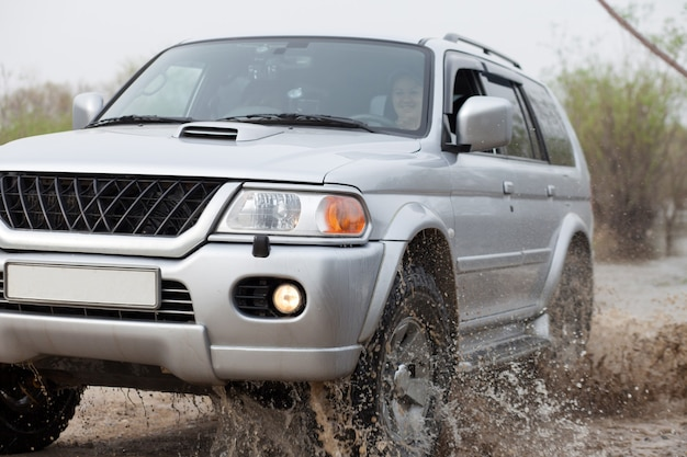 많은 밝아진 근접 촬영을 만드는 물로 움직이는 자동차
