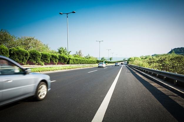 夏のアスファルト道路の車