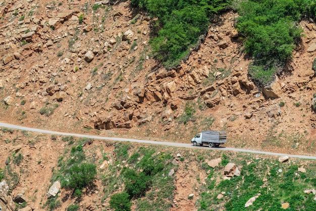 岩の中の危険な山道の車