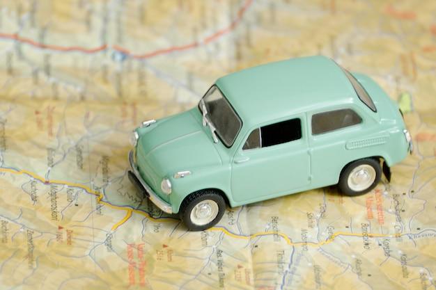 地図上の車。旅行のコンセプト。閉じる