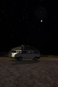 月の上の道路上の車