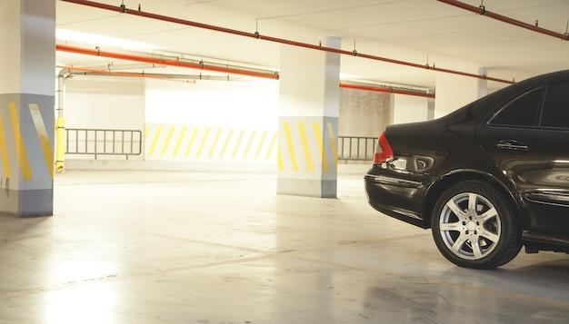 Автомобиль на подземном паркинге.