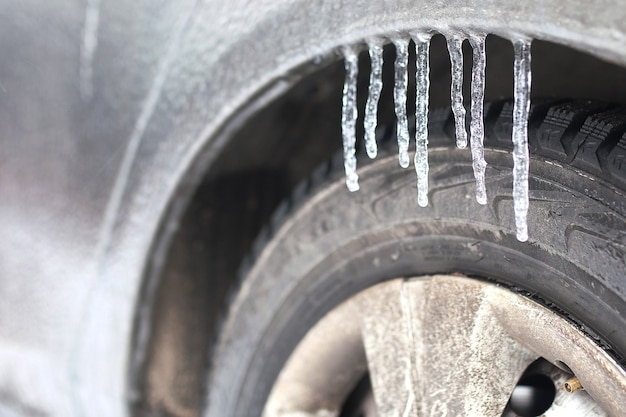 雪に覆われた冬の朝の屋外の車