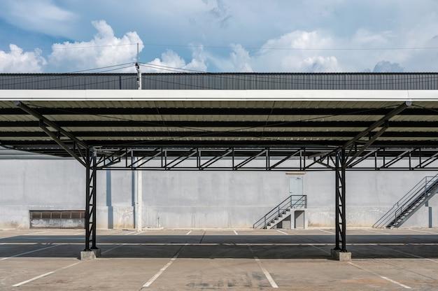 金属屋根で覆われた駐車場スロットと倉庫の配布