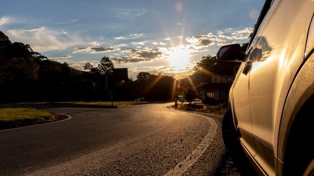 日没時に道端に駐車した車。