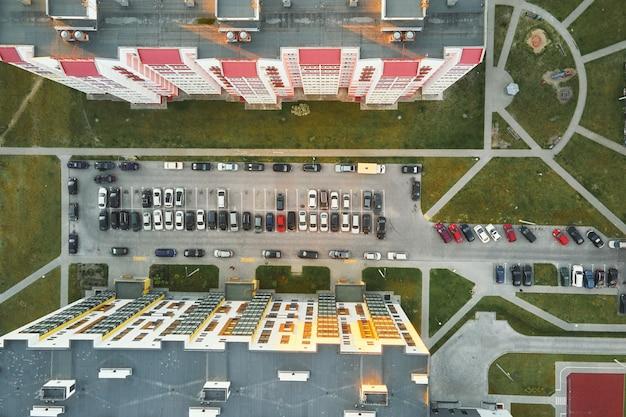 Автомобильная стоянка возле современных жилых домов, вид с воздуха. жилой сектор