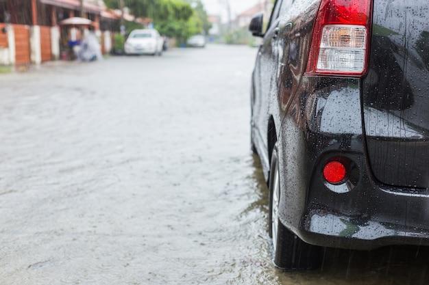 비가 오는 동안 마을의 거리에 주차