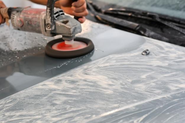オートサービスでの車の研磨セレクティブフォーカス