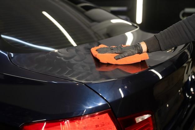 Процесс полировки автомобилей.