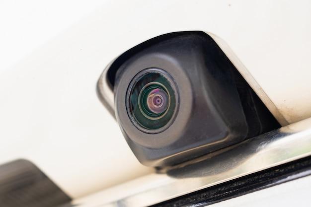 車のリアビューカメラは駐車支援のためにクローズアップ