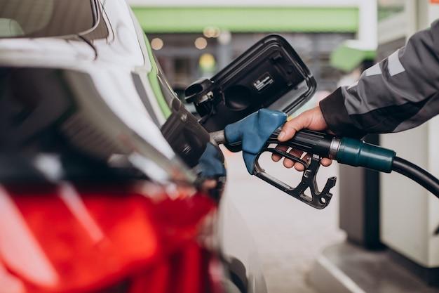ガソリンスタンドでの車の給油