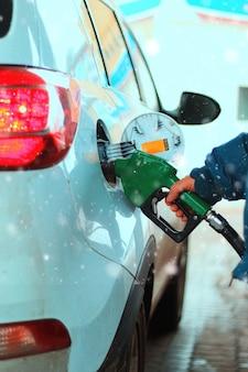 가솔린의 자동차 급유
