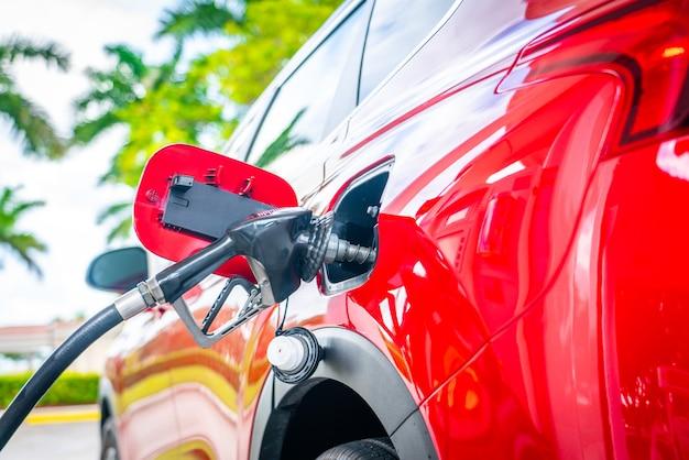 ガソリンスタンドで燃料補給。ガソリン燃料ポンプ。サービスはガスまたはディーゼルをタンクに充填しています