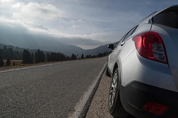 이탈리아 볼차노(bolzano)의 도로 옆에 멈춘 여행 여행을 위한 렌터카.