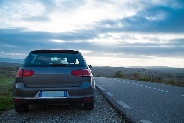 이탈리아 투스카니의 도로 옆에 멈춘 여행 여행을 위한 렌터카.