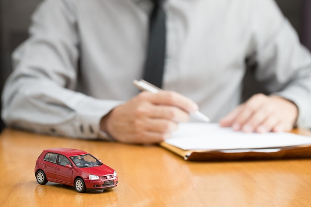 Car rental inspector filling contract