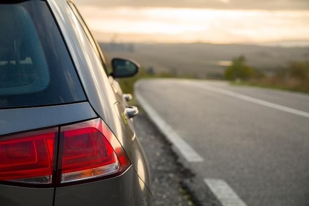 Прокат автомобилей, парковка на асфальтовой дороге, тоскана, италия.
