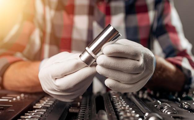 정비사 도구가 있는 툴킷을 통해 남성 손에 있는 자동차 수리 도구
