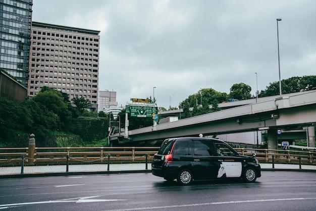 Auto sulla strada in città in una giornata uggiosa