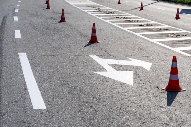 移動方向を制御するコーン付きの車の道路標示