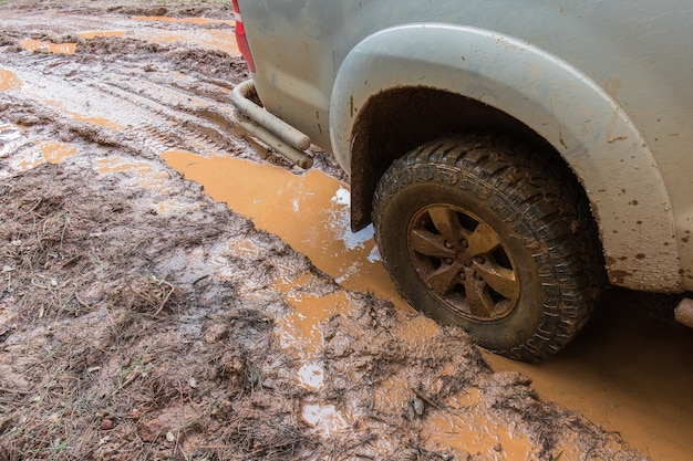 オフロードの森の泥の車の車輪