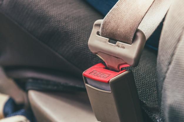灰色のカーシートのカーシートベルト。