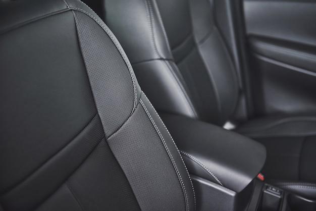 검은 천공 가죽으로 된 현대적인 고급스러운 편안한 자동차의 카시트.