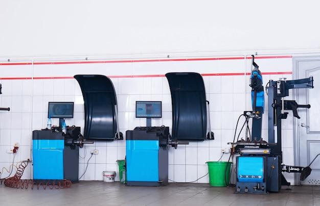 현대적인 타이어 피팅 및 휠 밸런싱 장비를 갖춘 자동차 서비스 센터 인테리어