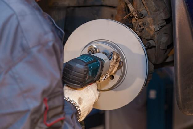 車のサービス修理のメンテナンスと人々のコンセプトドライバー付き自動車整備士c