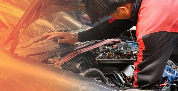 Слесарь по ремонту и обслуживанию автомобилей, работает в мастерской
