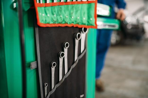 Ящик для инструментов автосервиса, ключи в крупном плане дела, профессиональный инструмент.