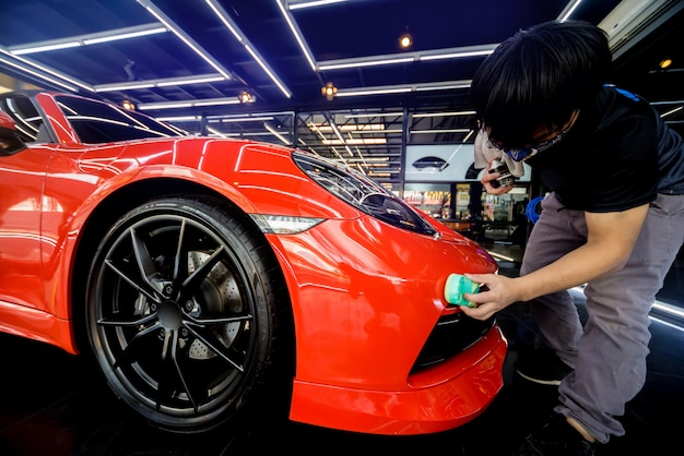 車の細部にナノコーティングを適用する自動車サービスワーカー