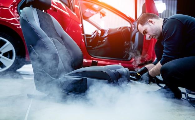 스팀 청소기로 자동차 좌석 청소 자동차 서비스 노동자